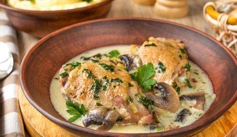 Курица в белом вине. Тушим с грибами и луком, рецепт из Франции.