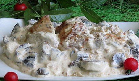 Курица тушеная в сметане с грибами. Тушим в духовке.