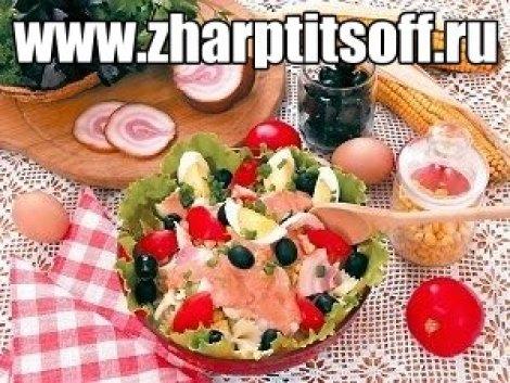 Салат из мяса птицы, макарон, окорока. Мясной салат с помидорами.