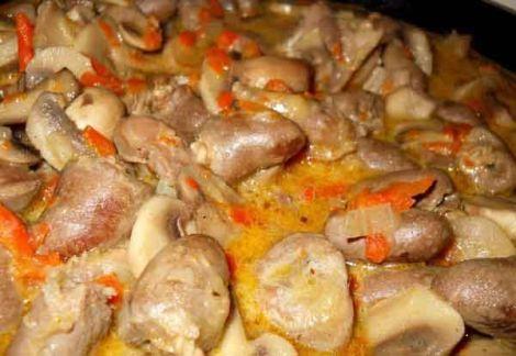 Куриные сердечки тушеные с грибами. Не забываем сладкий перец и сметану.