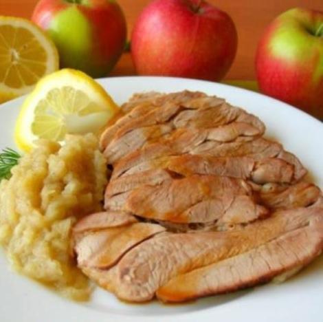 Запеченное филе бедра индейки. Подаем с яблочным соусом.