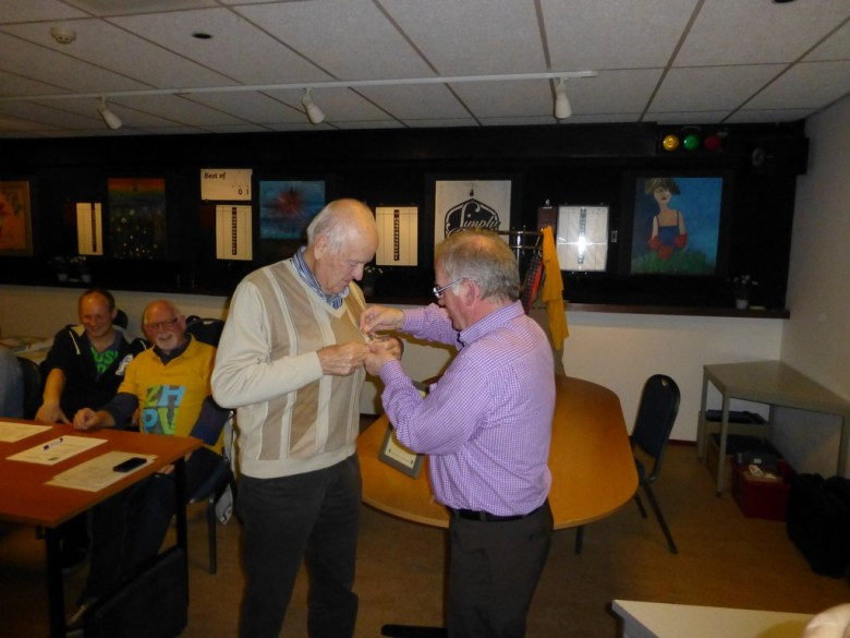 Opspelden gouden ZHPV speld door voorzitter Simon Rotteveel