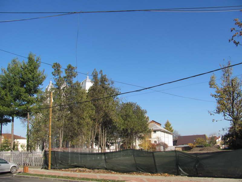 Pe terenul de lângă Biserica Catolică, împrejmuit deja, se va construi o casă