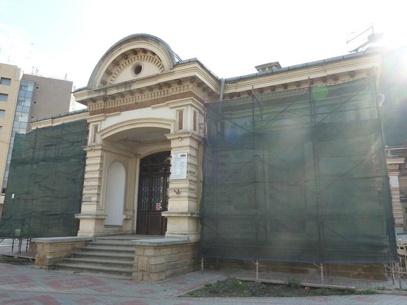 Decoraţiunile Bibliotecii Municipale sunt realizate de sculptorul Zaharescu