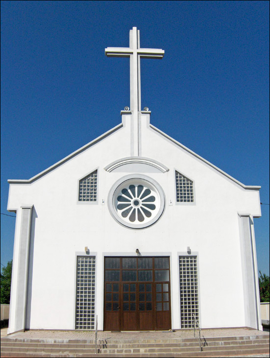"""Biserica """"Sfântul Iosif Muncitorul"""" din Săbăoani, la ceas aniversar"""