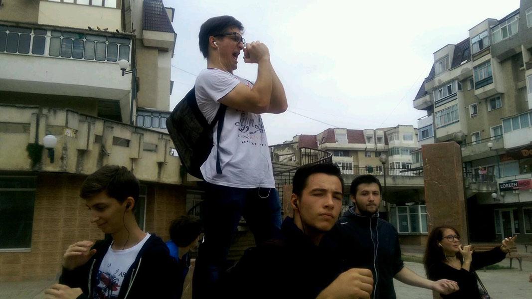 Flash mob organizat de membrii PTP Roman