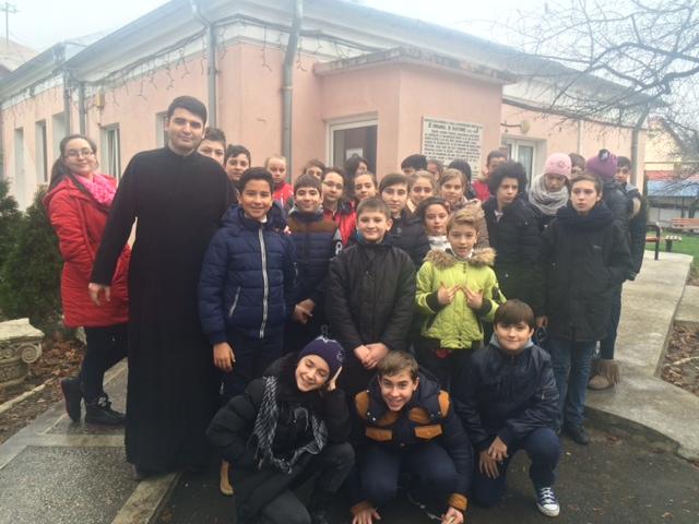 """Elevii de la """"Mihai Eminescu"""" au oferit daruri bătrânilor"""
