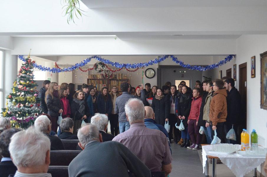 """Seminariştii au oferit daruri bătrânilor de la """"Casa Bunicilor"""""""