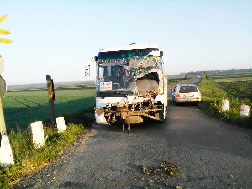 Autocar cu muncitori de la TRW, lovit de tren