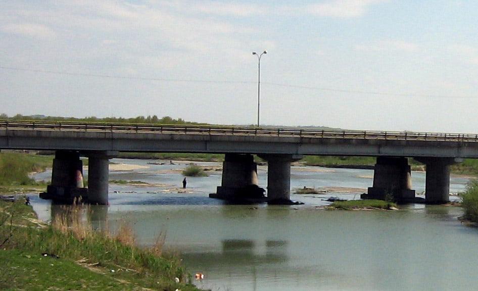 O tânără de 16 ani s-a aruncat în râul Moldova