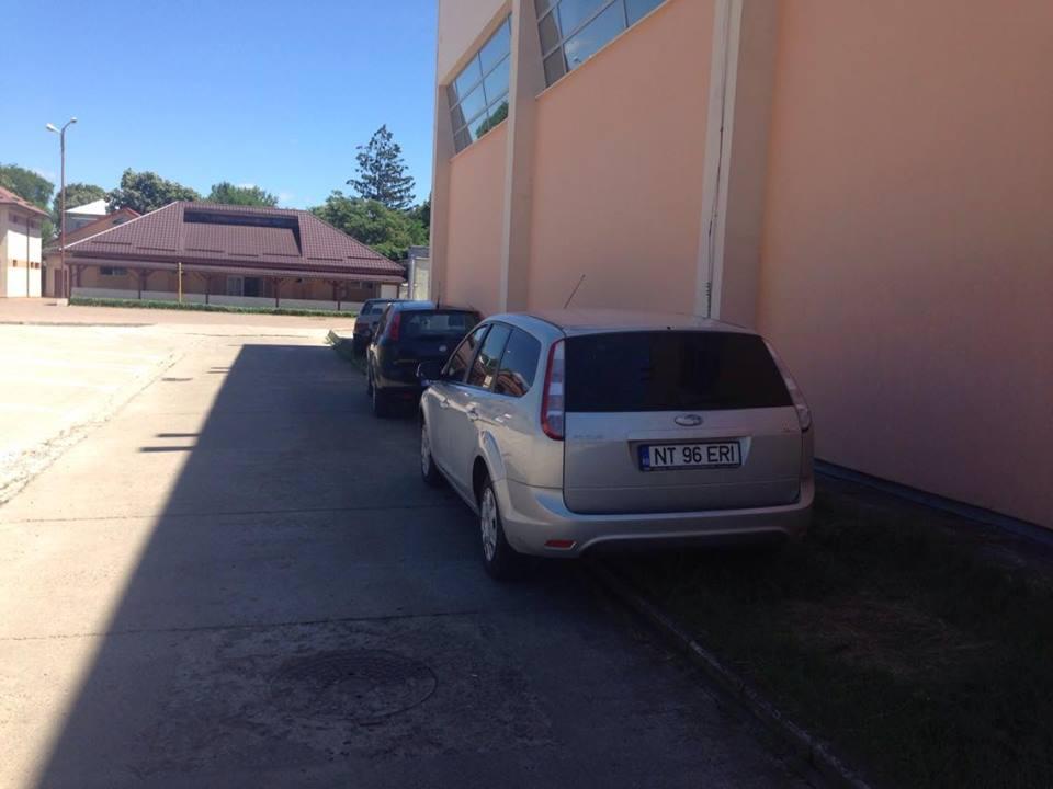 Parcare pe spaţiul verde la Sala Polivalentă
