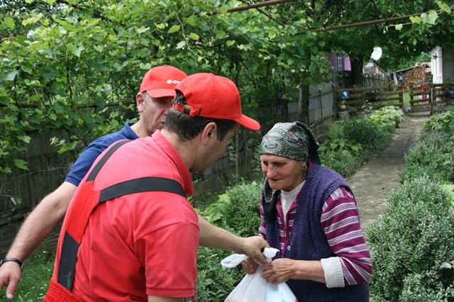 Voluntarii E.ON au ajutat familiile afectate de inundaţii