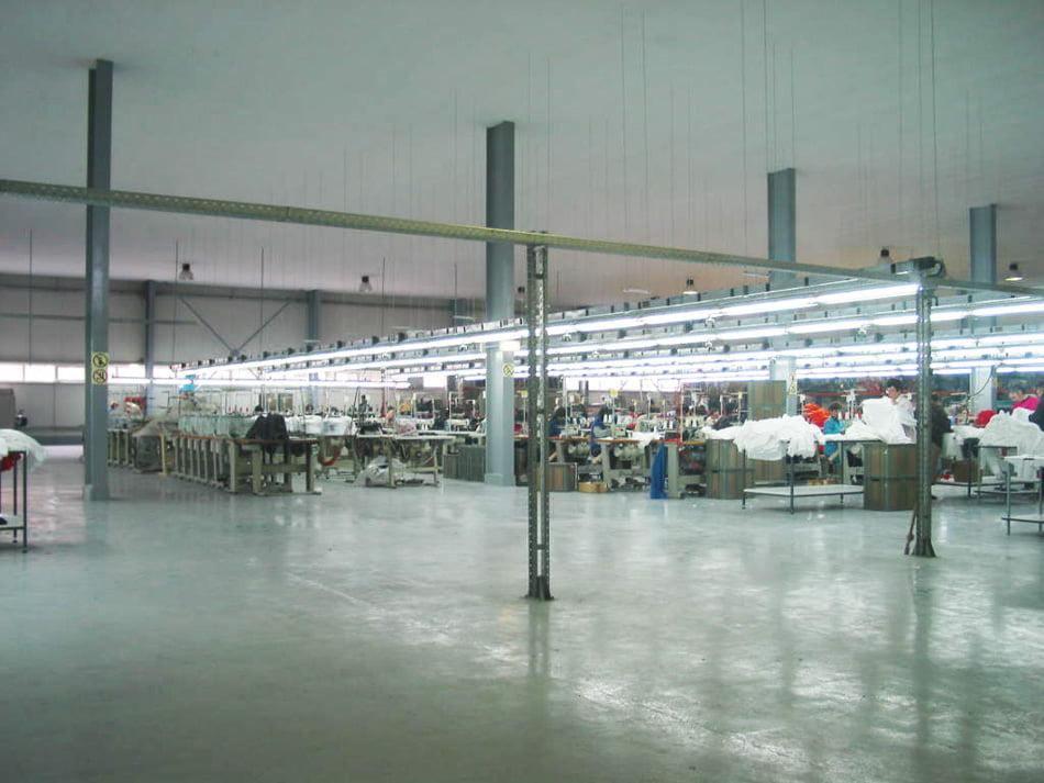O fabrică de confecţii a introdus cartele electronice digitale de acces. Unii salariaţi sunt nemulţumiţi