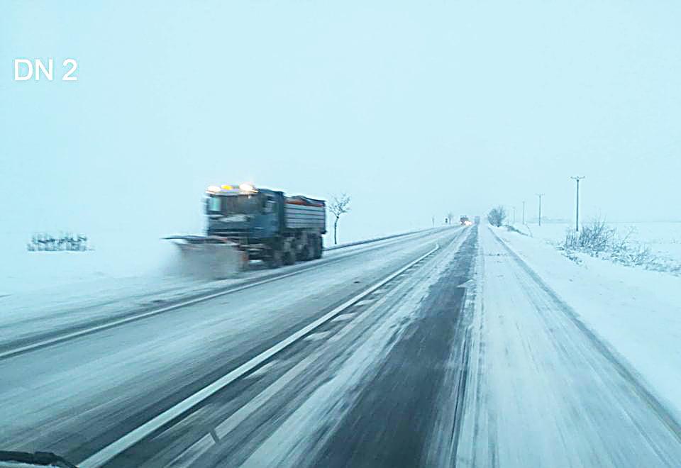 Circulație în condiții de iarnă, cu zăpadă frământată de până la 3 centimetri, pe drumurile naționale