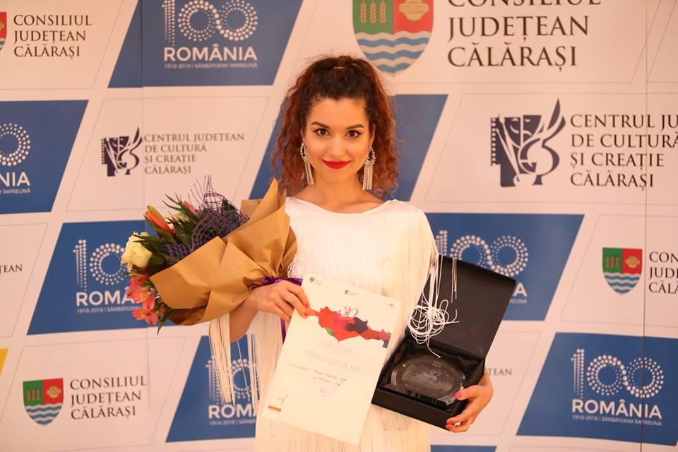 """Tânără solistă din Roman, câștigătoare a Festivalului național de interpretare """"Flori de Mai"""""""