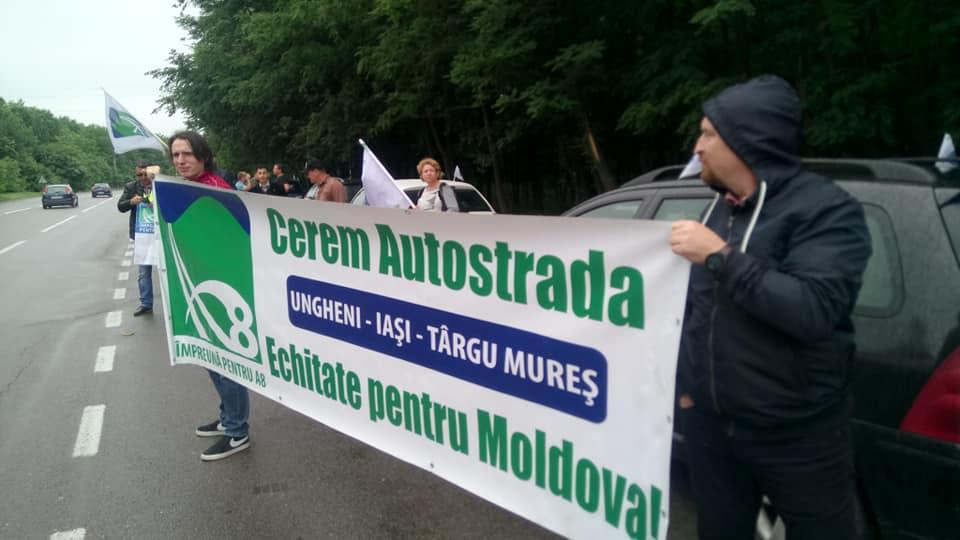 """Marșul pentru autostrăzile Moldovei, """"stricat"""" precum asflatul prost turnat"""