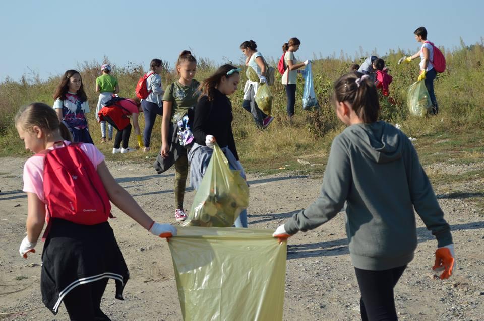 Peste 800 de romașcani au ecologizat zonele verzi din oraș