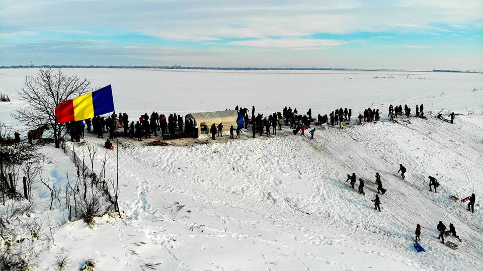 [VIDEO] Distracțiile de iarnă ale copilăriei de altădată, readuse la viață de tinerii din Gherăești