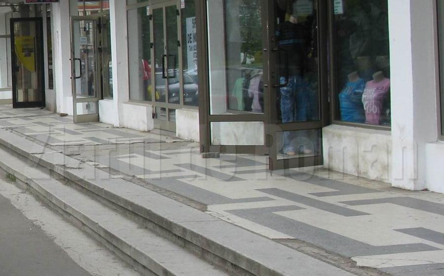 Se repară scările de la magazinele din spatele Casei de Cultură