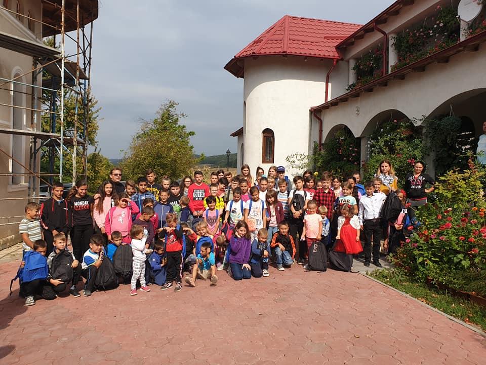 """Asociația """"Culiță Tărâță"""" donează rechizite pentru elevii din parohia Vad – Iucșa"""
