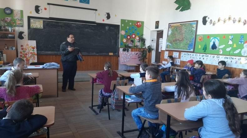 Campanie a polițiștilor împotriva violenței, la Școala Gherăești