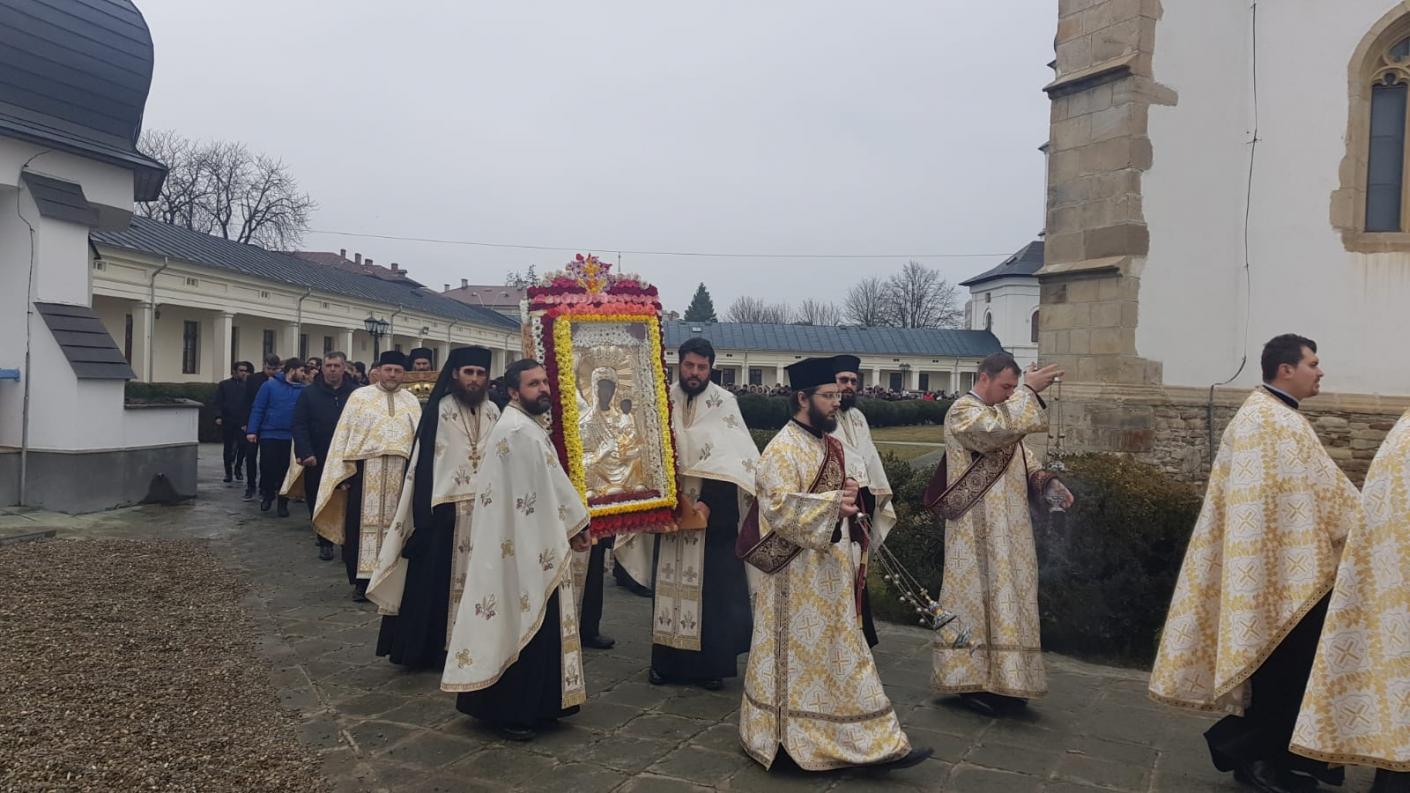 Sute de oameni la procesiunea din Duminica Ortodoxiei, în Roman