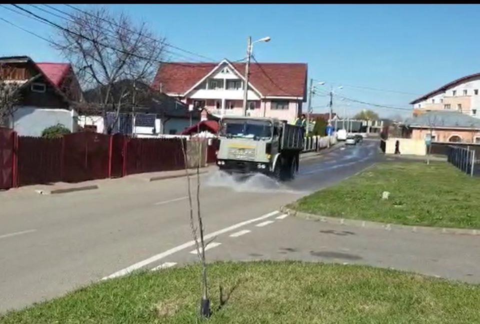 Se dezinfectează străzile, platformele de gunoi și spațiile comune din asociații