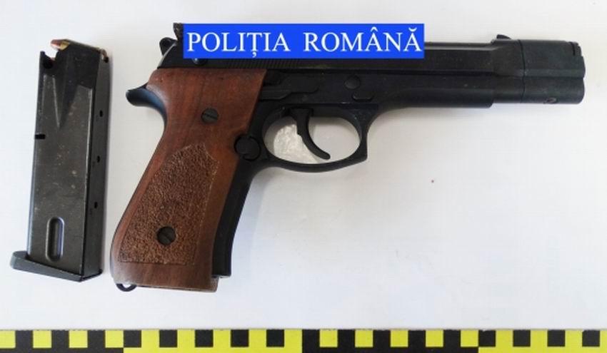 Percheziții în Roman la persoane bănuite de nerespectarea regimului armelor și munițiilor
