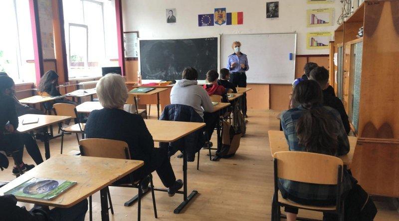 Prevenirea victimizării și a delincvenței juvenile, discutate de polițiști cu elevii romașcani