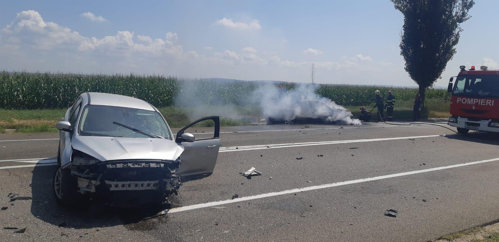[VIDEO] Mașina unui tânăr din Roman a ars pe E85, într-un accident produs de un șofer italian