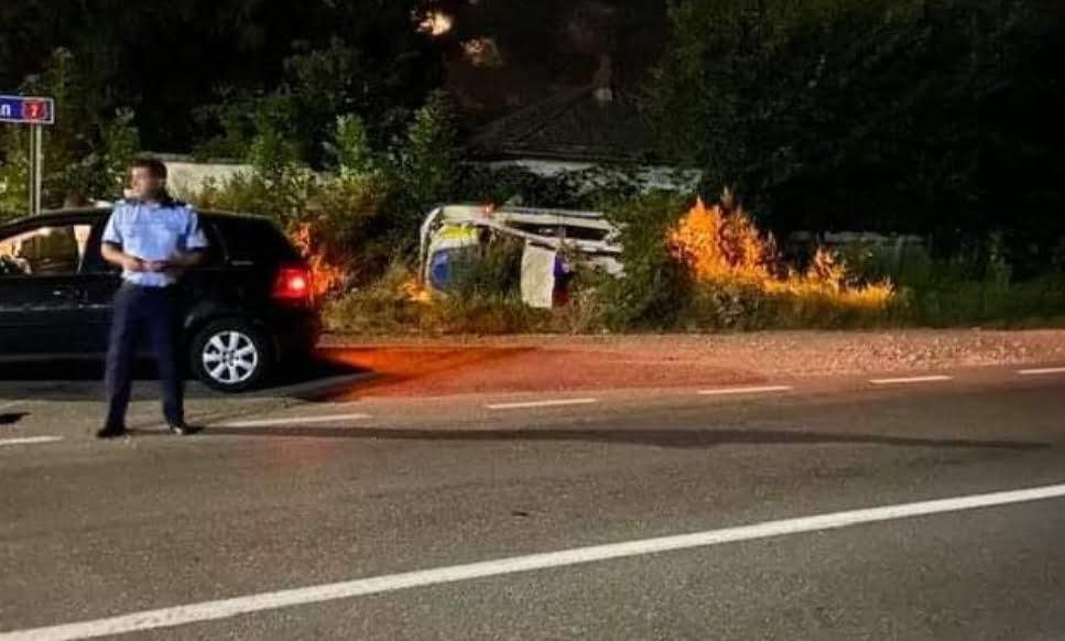 Mașină de poliție aflată în misiune, implicată într-un accident rutier pe E 85