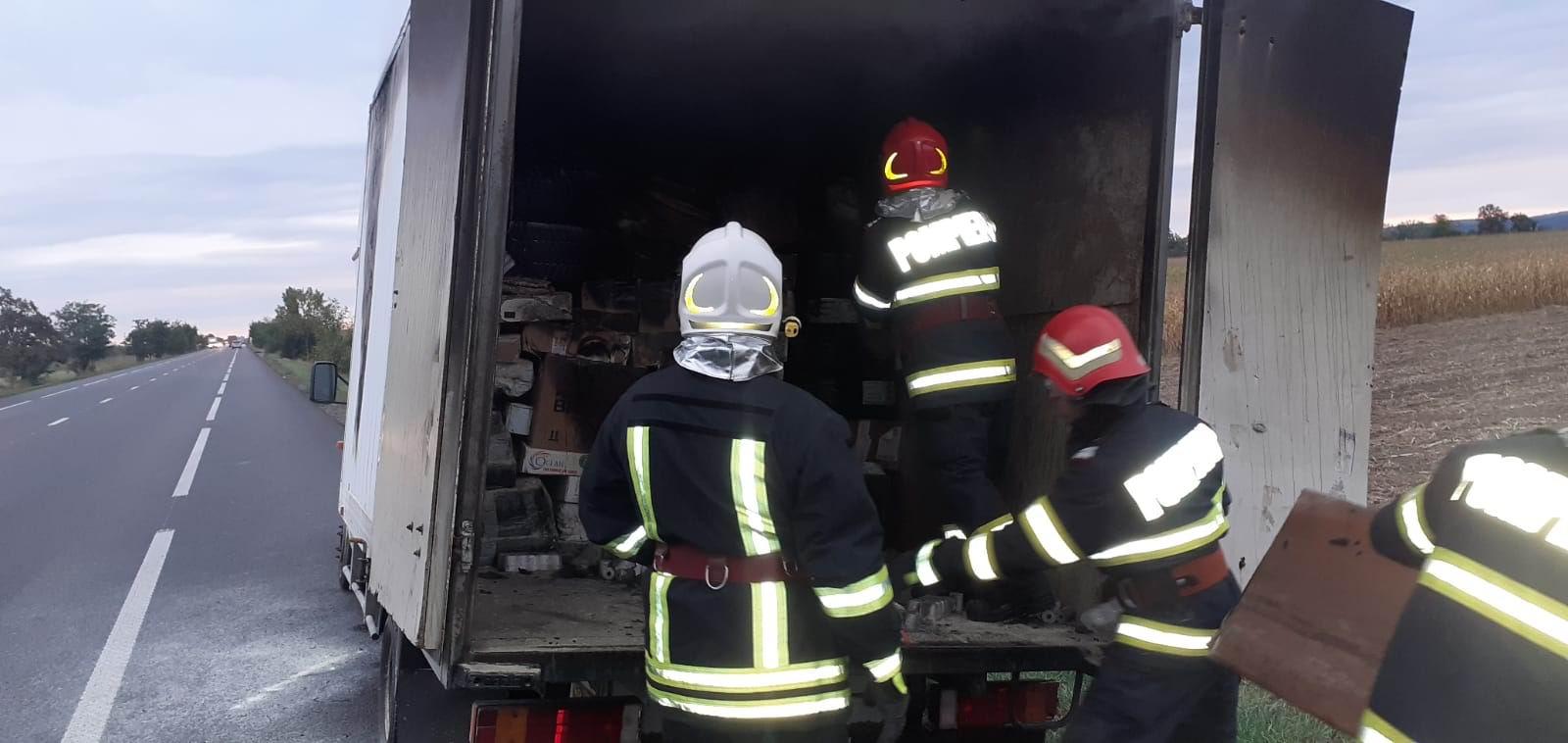 Un colet a luat foc într-o autoutilitară, pe E 85