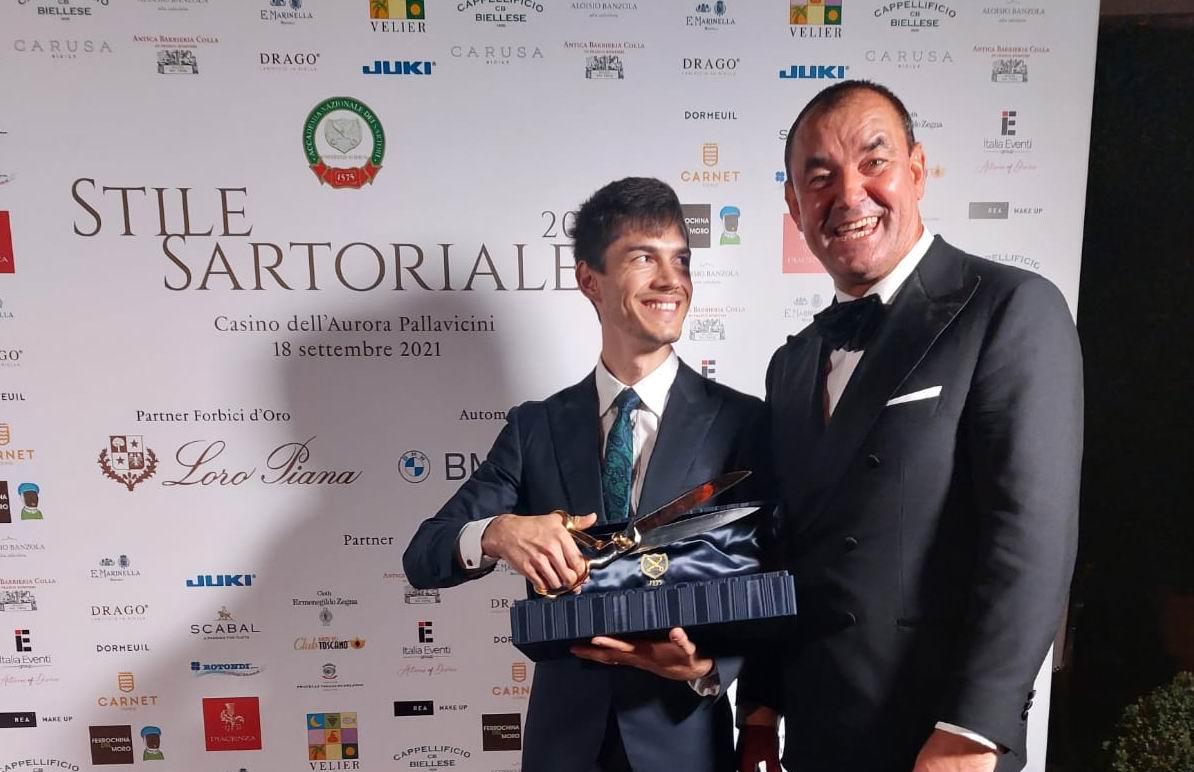 Tânăr din Săbăoani, primul român care câștigă cel mai prestigios premiu profesional italian al croitorilor