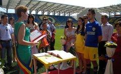 Doi tineri s au casatorit pe stadionul din Ploiești imbracați in echipamentul Petrolului