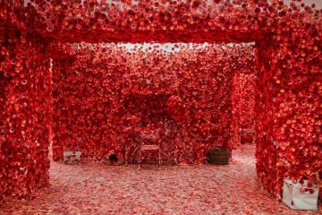 Artista giapponese copre l'intero appartamento con motivi floreali rossi e il risultato è magico