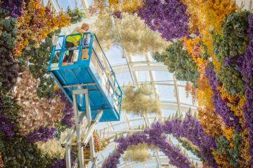 Gli allestimenti floreali di Rebecca Louise Law trasformano ambienti in immensi giardini