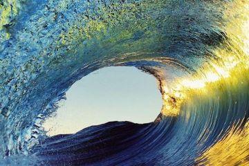 La bellezza sublime delle onde giganti dell'oceano nelle foto di Ryan Pernofski