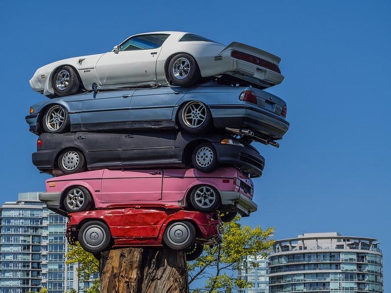 l'arte di impilare le auto