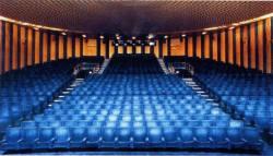 en salle dite Prestige, de type amphithéâtre : forme ovoïde, 865 fauteuils en gradin, écran large (18 mètres de diagonale