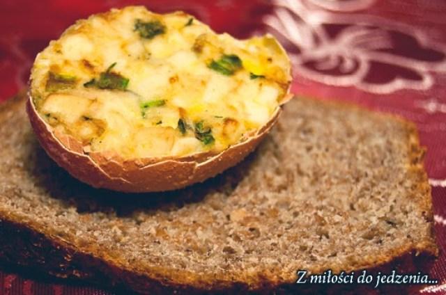 Jajka w skorupkach faszerowane na ciepło