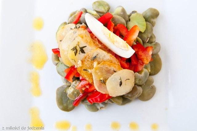 sałatka z bobem jajkiem chipsy ziemniaczane sos francuski