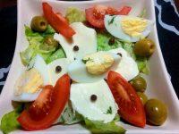 Salatka z mozzarella jajkiem i rozowym pieprzem