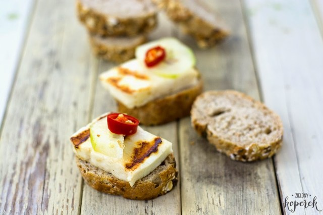 grzanki z grilowanym serem halloumi