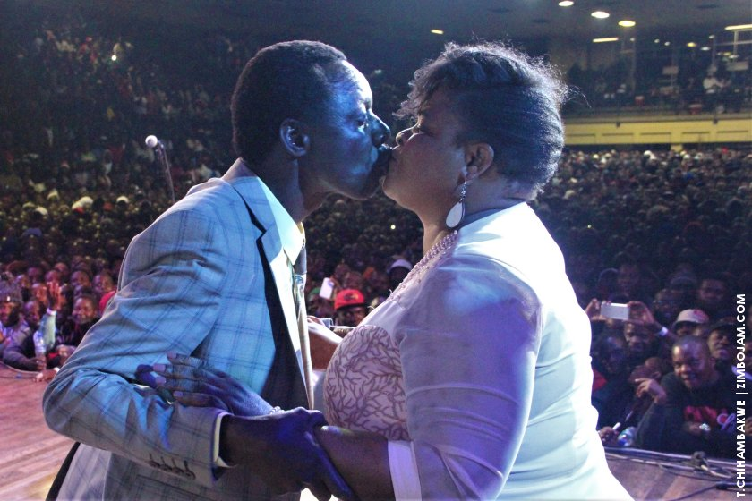 Macheso embracing and kissing his wife moments before performing on the night of his album launch. PIC:T. CHIHAMBAKWE | ZIMBOJAM.COM