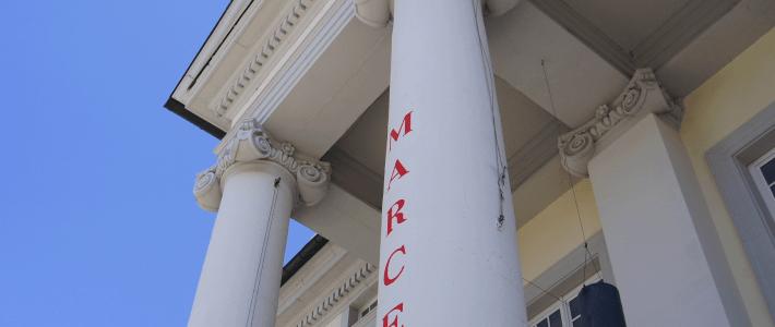 Schilder und Beschriftung
