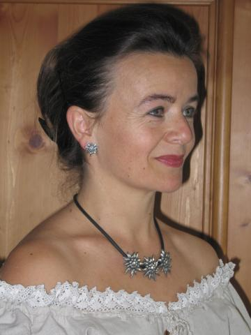 Renate trägt Edelweiss-Schmuck