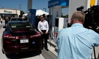 A Honda FCX Clarity was the firstretail fuel-cell electric vehicle customer to refuel at the new Shell hydrogen station in Torrance, Calif., on May 10, 2011. (c) Honda