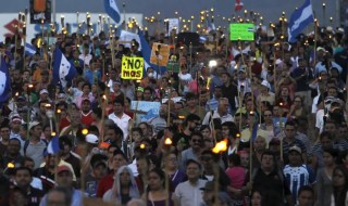 People take part in a march on July 3, 2015 to demand the resignation of Honduras' President Juan Orlando Hernandez amidst $200 embezelment scandal. Image: Jorge Cabrera