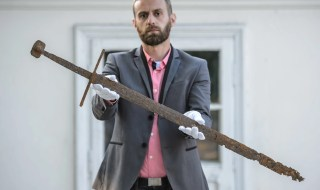 Bartłomiej Bartecki, director of the Museum in Hrubieszów presents the sword found in the Commune of Mircze. Photo: PAP/ Wojciech Pacewicz.