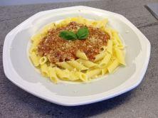 Barilla glutenfreie Penne Rigate mit Bolognese Sauce im Teller